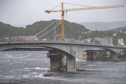 På E18 ut av Kristiansand bygges nye Varoddbroa mens vinden tar tak i både den gamle og den nye som bygges. Det vurderes fortløpende om E18 skal stenges.