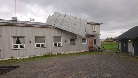 Deler av taket på klubbhuset til Vang Fotballag ble tatt av vinden fredag ettermiddag.