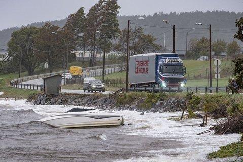 På Hamresanden i Kristiansand har båter slitt seg og havnet på land. En stor lekter som slet seg fra den nye Varoddbroa som bygges, har også gått på land.