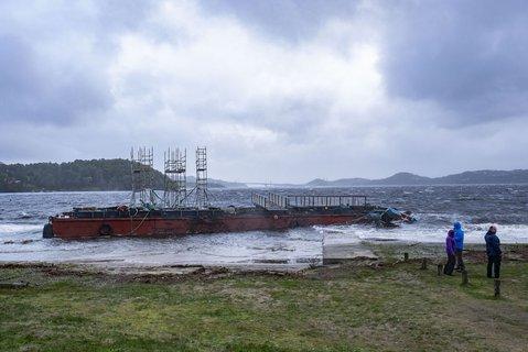 På Hamresanden i Kristiansand har båter slitt seg og havnet på land. En stor lekter som slet seg fra den nye Varoddbroa som bygges har også gått på land.