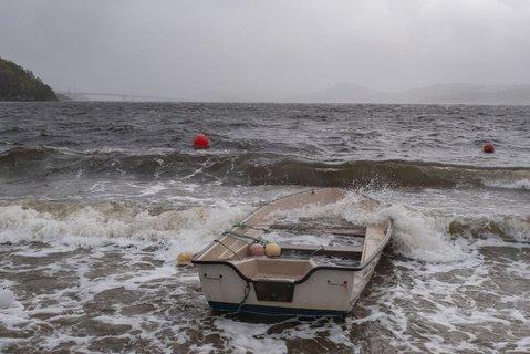 På Hamresanden i Kristiansand har båter slitt seg og havnet på land.