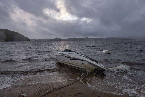 På Hamresanden i Kristiansand har båter slitt seg og havnet på land og snudd på hodet i bølgene.