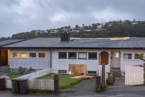 PåHellemyr i Kristiansand blåste vinden av deler av et hustak på et rekkehus.