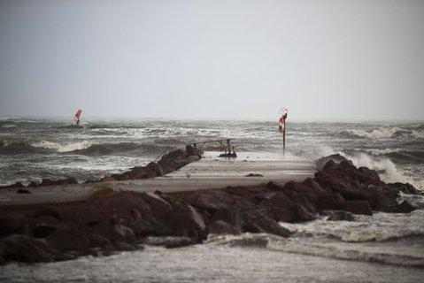 Stormen Knud stopper ikke vindsurfere på Skallevoldstranda utenfor Tønsberg.