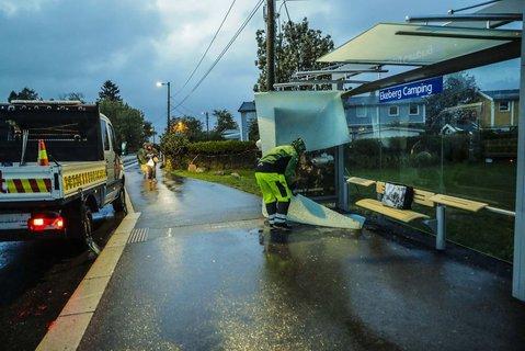 Taket på busskuret til holdeplassen Ekeberg Camping falt ned som følge av ekstremværet Knud som traff Oslo fredag.