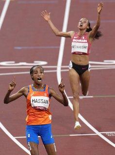 Sifan Hassan og Kalkidan Gezahegne feirer henholdsvis gull og sølv på 10 000-meter for kvinner i Tokyo-OL.