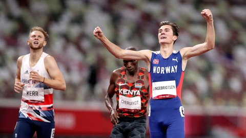 Jakob Ingebrigtsen vinner 1500-meter finalen i Tokyo-OL foran Timothy Cheruiyot (midten) og Josh Kerr (til venstre).