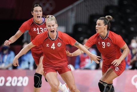 Kari Brattset Dale, Veronica Kristiansen og Nora Mørk jubler etter en norsk scoring i bronsefinalen.
